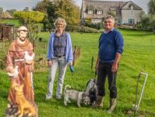 Inge en Frank bouwen kapelletje aan de Kruisstraat in Ooij