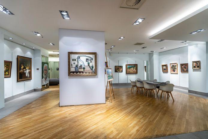 De expositie bij VDL Art: op de voorgrond (midden) een schilderij van zoon Willem Bol, rechts drie stillevens en een portret van zijn vader Kees Bol.