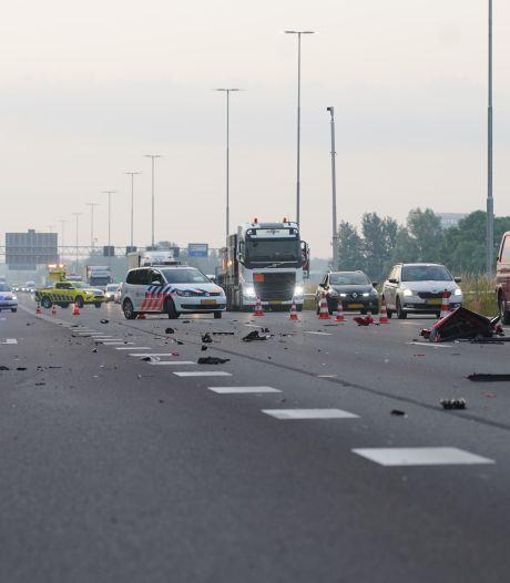 Gewonde en ravage na zware botsing op snelweg A1 bij Deventer