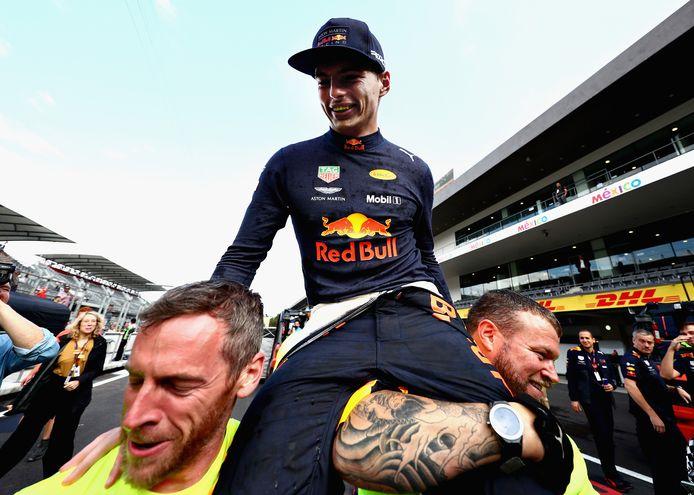 Max Verstappen ging vorig jaar op de schouders na zijn overwinning in Mexico.
