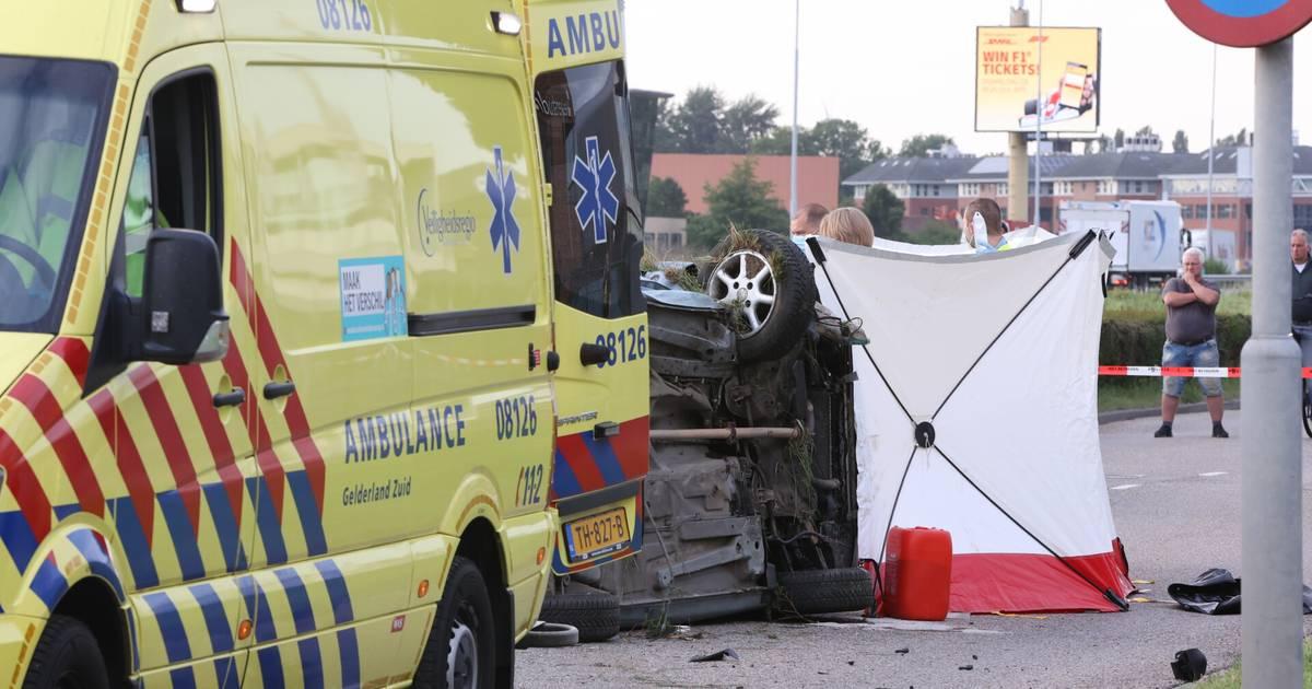 Twee zwaargewonden bij ongeval op A2 bij Zaltbommel, auto naast snelweg beland.