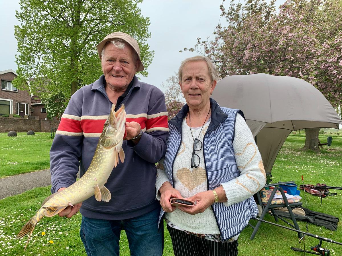 Dries (75) en Anneke (70) van der Bijl uit Zeeland zijn voor de tweede keer op vakantie in Leerdam en genieten van het samen vissen. En prompt: ze hebben beet.