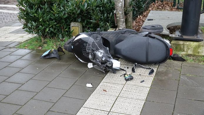 Scooter zwaar beschadigd na aanrijding door trein