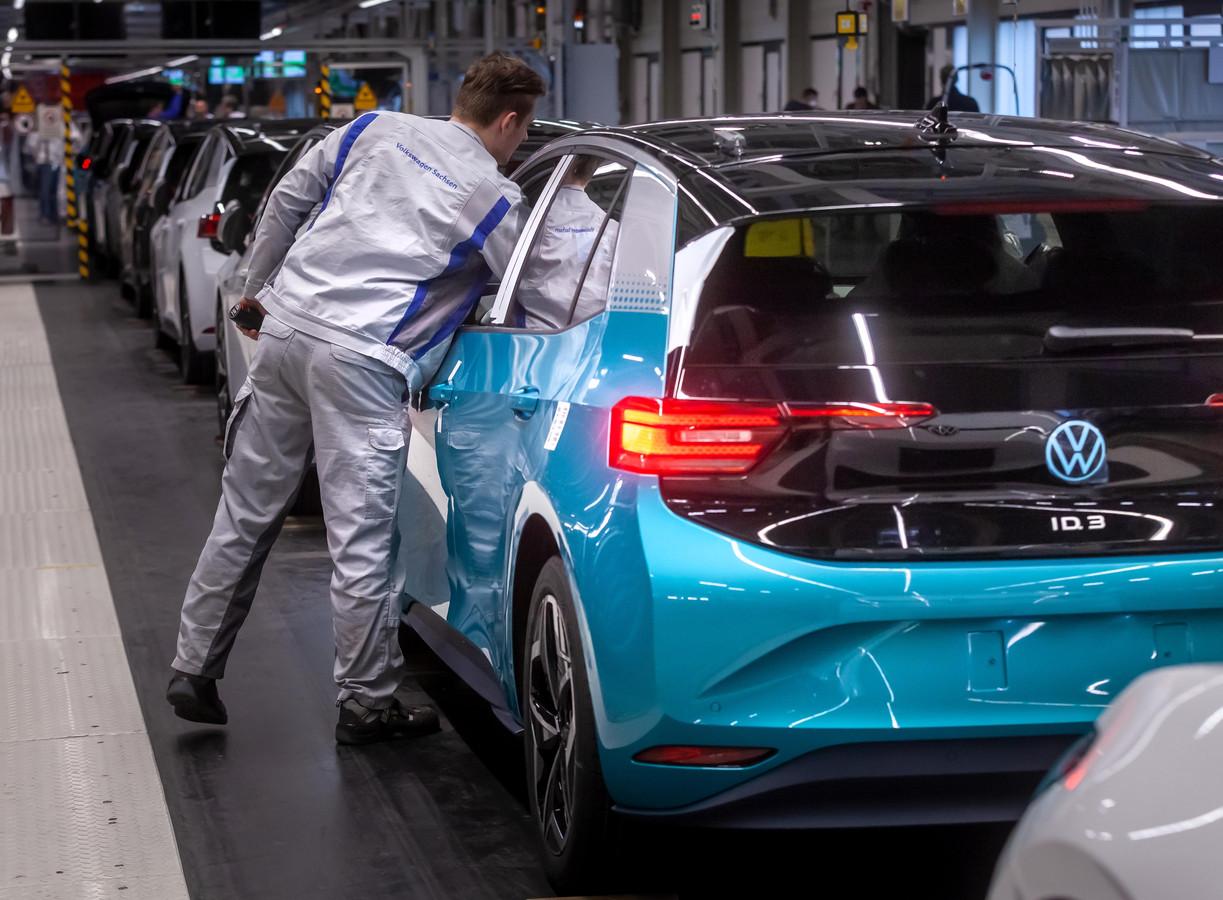 De productielijn van de Volkswagen ID.3 in het Duitse Zwickau. Op dit moment staat de productie stil vanwege de coronacrisis