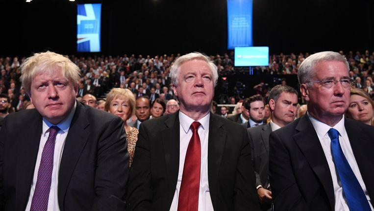 De Britse minister van Buitenlandse Zaken Boris Johnson, 'brexitminister' David Davis en minister van Defensie Michael Fallon tijdens de rampspeech van May op het partijcongres van de Tories op 4 oktober.