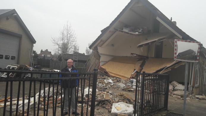 Vanachter het hek doet Verhoeven senior verslag. 'Die puinhoop kan hier niet blijven'