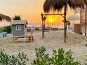 Villa Alwin Beach Resort: schommelen, glijden, loungen en afkoelen in zee.