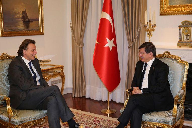 De Nederlandse minister Bert Koenders met de Turkse premier Ahmet Davutoglu, gisteren in Ankara. Beeld afp