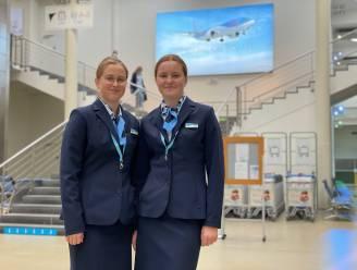 """Margaux (15) en Zita (14) vliegen met TUI mee als stewardess naar Malaga: """"Wat een ervaring! Alleen aan die hoge hakken moeten we wennen"""""""