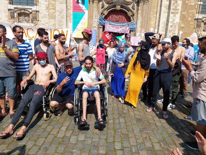 Na het beëindigen van de honger- en dorststaking worden de sans-papiers buiten de Begijnhofkerk op applaus onthaald.