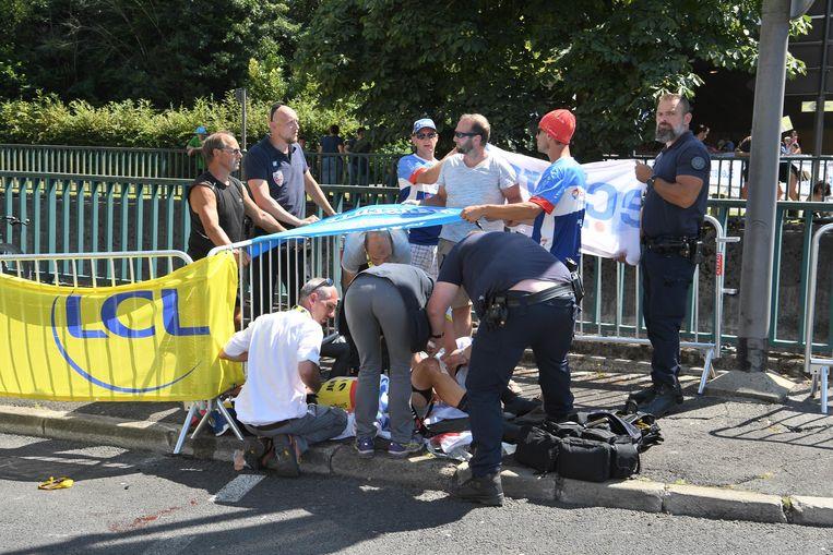 Dokters ontfermen zich over Van Aert na zijn val in de Tour-tijdrit in Pau, op 19 juli 2019. Beeld PRESSE SPORTS