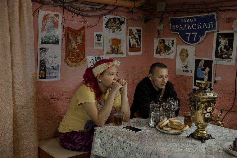 Katja (L) and Artjom in het hoofdkantoor van de marxistische groep CCCP, in Perm. Beeld Emile Ducke