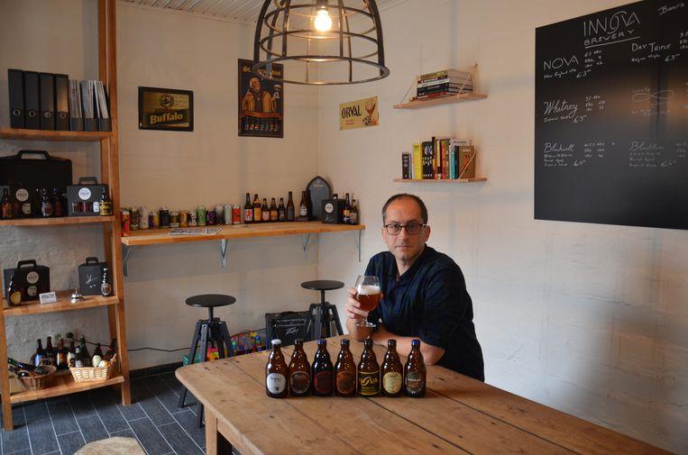 Jimmy Borloo in het proeflokaal van zijn 'Innova Brewery' in Haaltert.