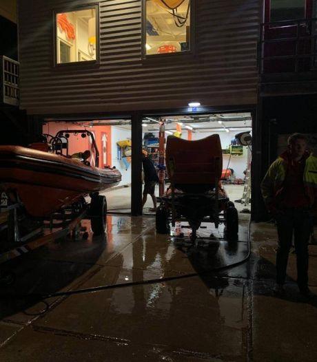 Grote zoekactie in Rockanje na val van kitesurfer, man levend uit water gehaald