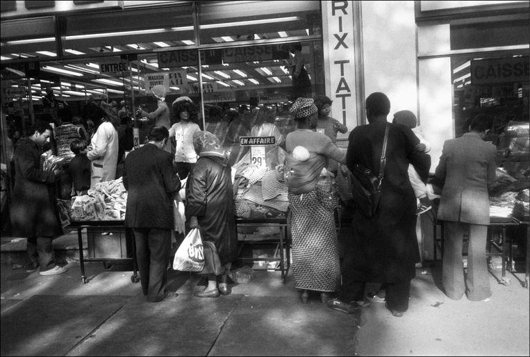 De Boulevard Rochechouart ligt in de arme wijk Barbés. De formule – een grote zelfbedieningszaak vol goedkope kleding – sloeg meteen aan. Beeld Gamma-Rapho via Getty Images