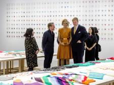 Koningspaar bekijkt 550 gebreide truien van Loes (80) in Tokio