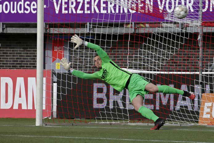 Hobie Verhulst is kansloos bij de strafschop van Lennart Thy, zijn debuut op 27-jarige leeftijd bij AZ.