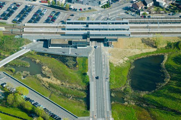 Een luchtbeeld van het nieuwe Liedekerkse station.