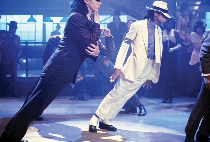 De armband om de rechterarm van Jackson is goed zichtbaar tijdens de videoclip van het nummer Smooth Criminal