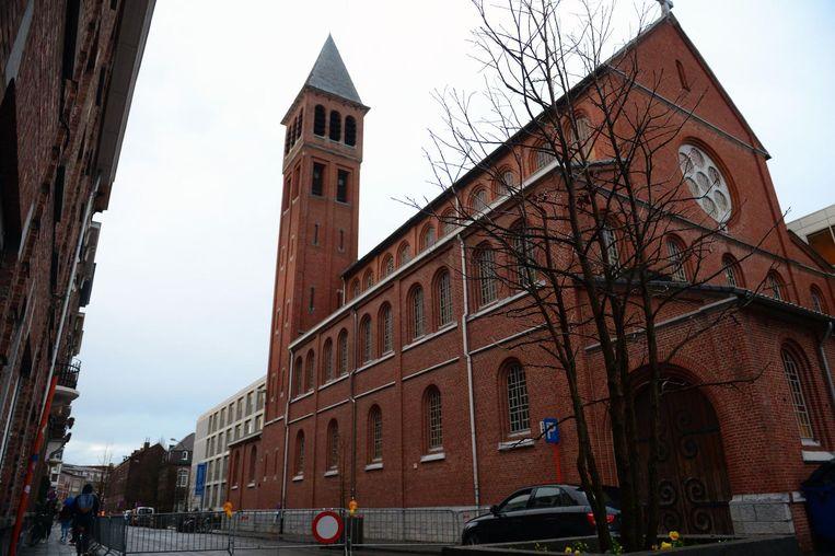 De Brabançonnestraat ter hoogte van de kerk is afgesloten.