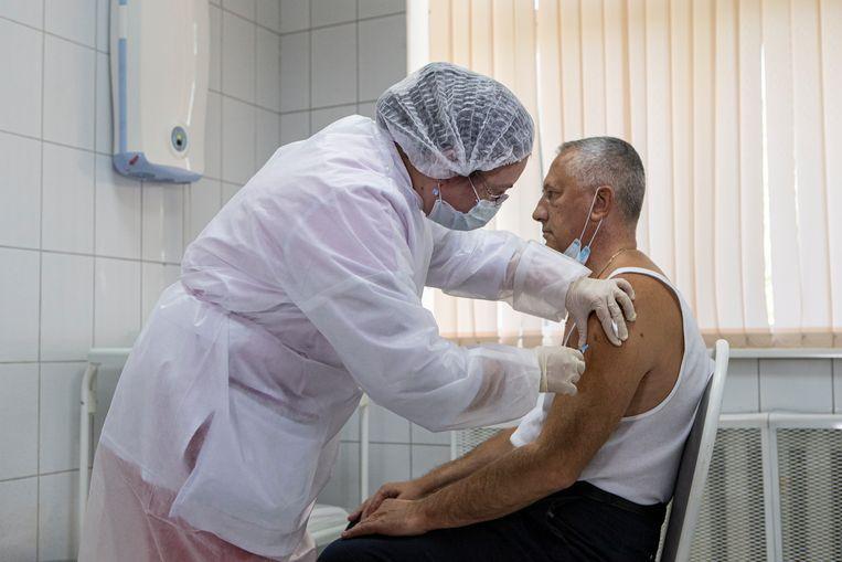 Een vrijwilliger krijgt Spoetnik V toegediend. Beeld AP