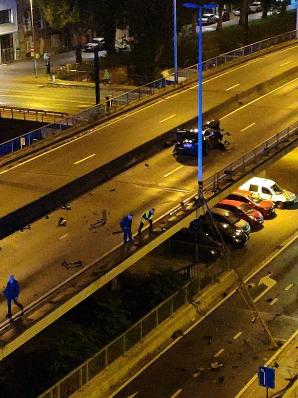 Een sportwagen heeft een dertigtal meter vangrail kapotgereden in Gent.