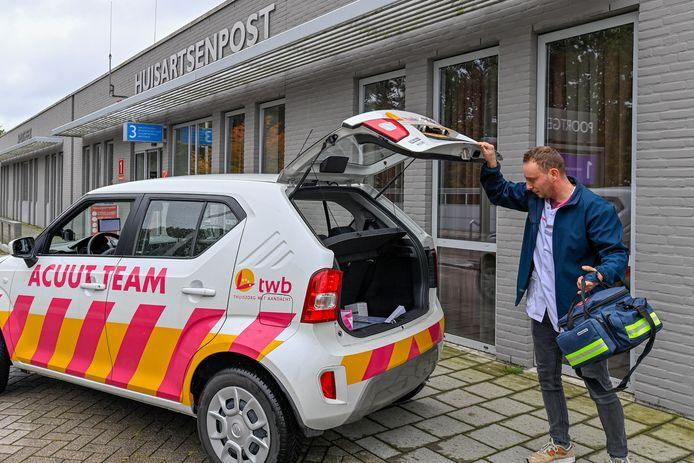 Verpleegkundige Peter Stolk van het acute team van TWB in Roosendaal. De organisatie ziet een stijging van zorgaanvragen.