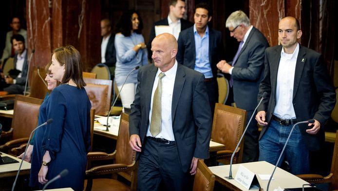 Ronald Schneider (midden) tijdens een gemeenteraadsvergadering in Rotterdam.