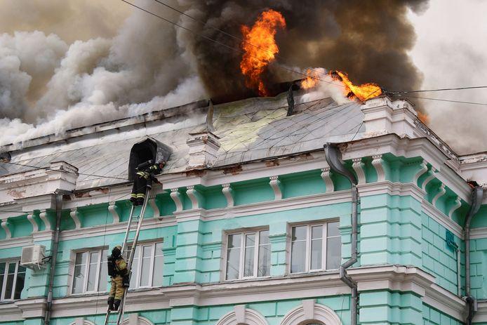 Les autorités locales ont promis de décorer les médecins qui ont continué l'opération et les pompiers qui ont éteint l'incendie.