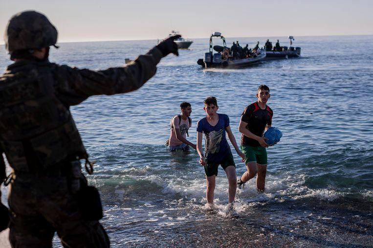 Migranten uit Marokko komen aan in de Spaanse enclave Ceuta. Beeld AP