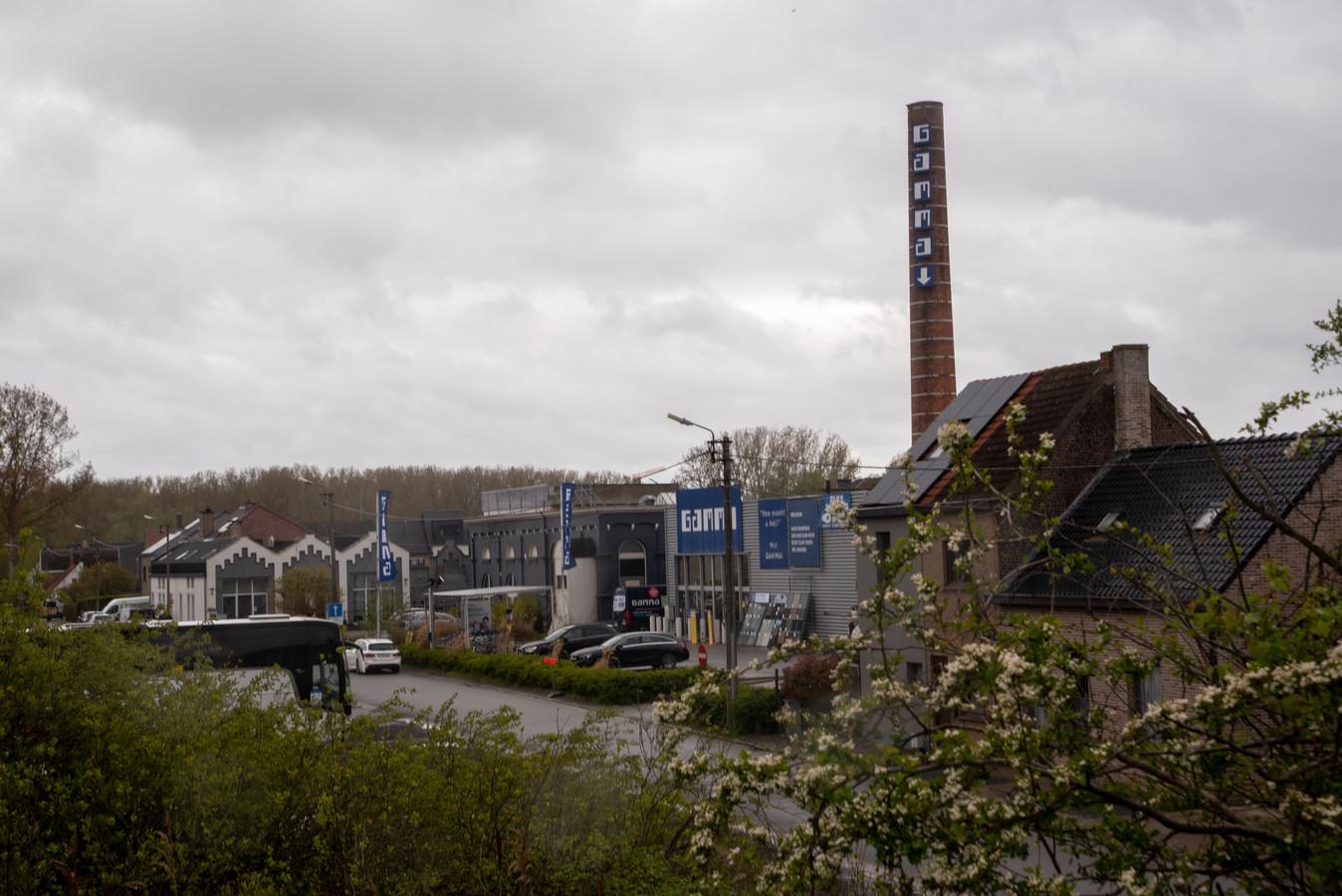 De fabrieksschouw gaat tegen de vlakte.