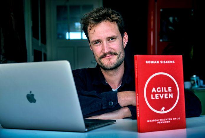 Rowan Siskens met zijn boek Agile Leven.
