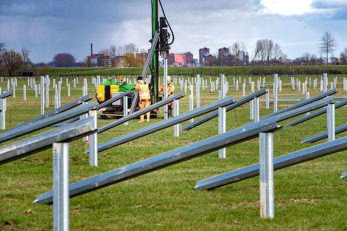 Zonnepark in aanbouw langs de A1.