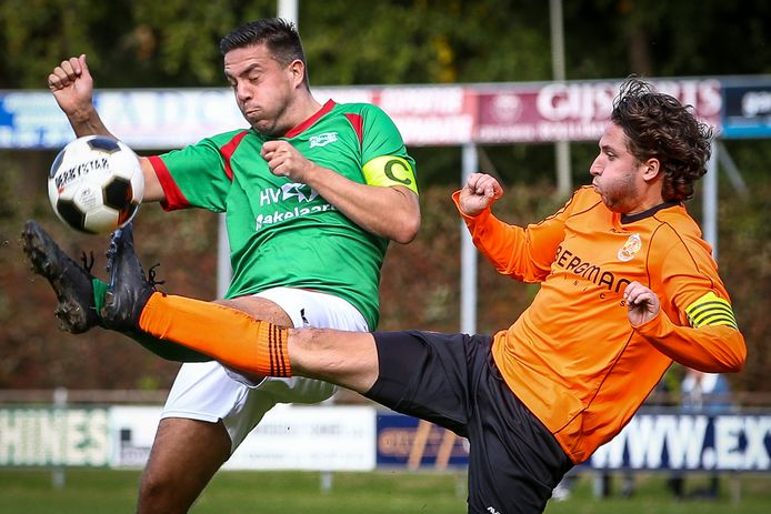 Ewijk (oranje shirts) in actie tegen Germania.