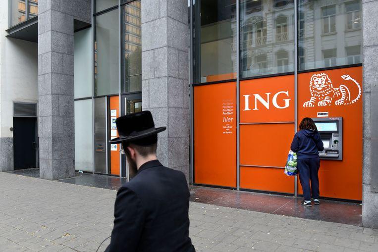 Een Joodse man loopt langs een vestiging van ING in Antwerpen. Beeld Hollandse Hoogte / Peter Hilz