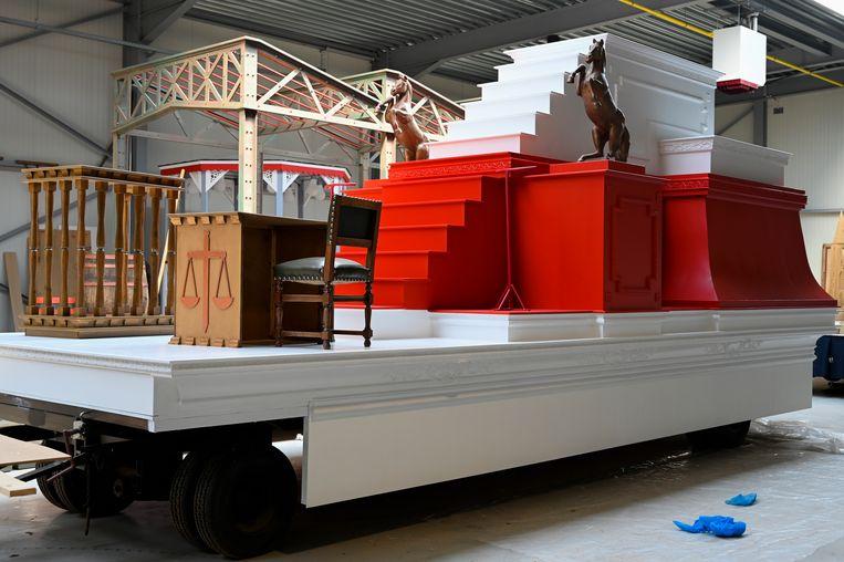 Een wagen in rood en wit, met verwijzingen naar onder andere de rechtbank, zal een symbolische voorstelling van de stad Dendermonde geven.