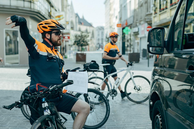 Een politiepatrouille met de fiets op pad in Brussel.  Beeld Illias Teirlinck