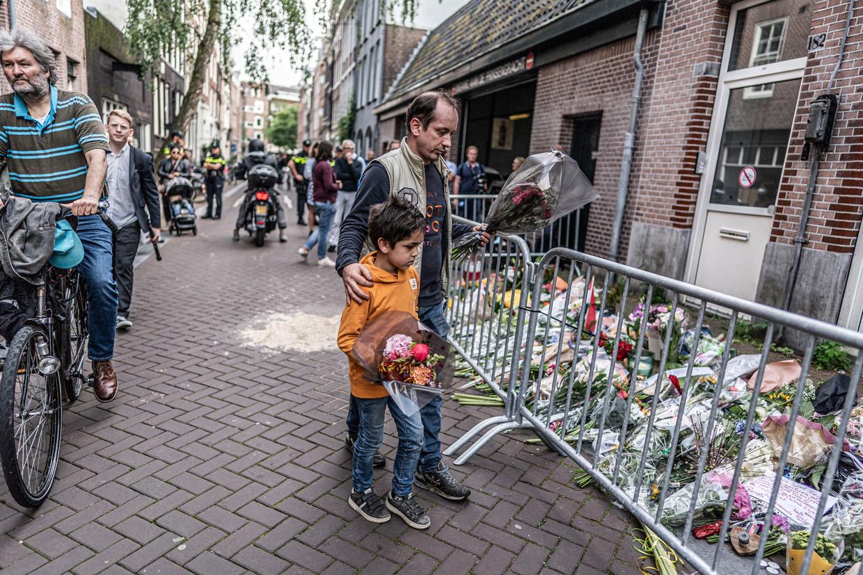 Mensen blijven bloemen neerleggen op de plek waar Peter R. de Vries werd neergeschoten.  Beeld Joris van Gennip