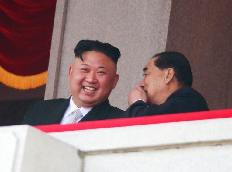 De Noord-Koreaanse leider Kim Jong-un geniet van de festiviteiten. Beeld EPA