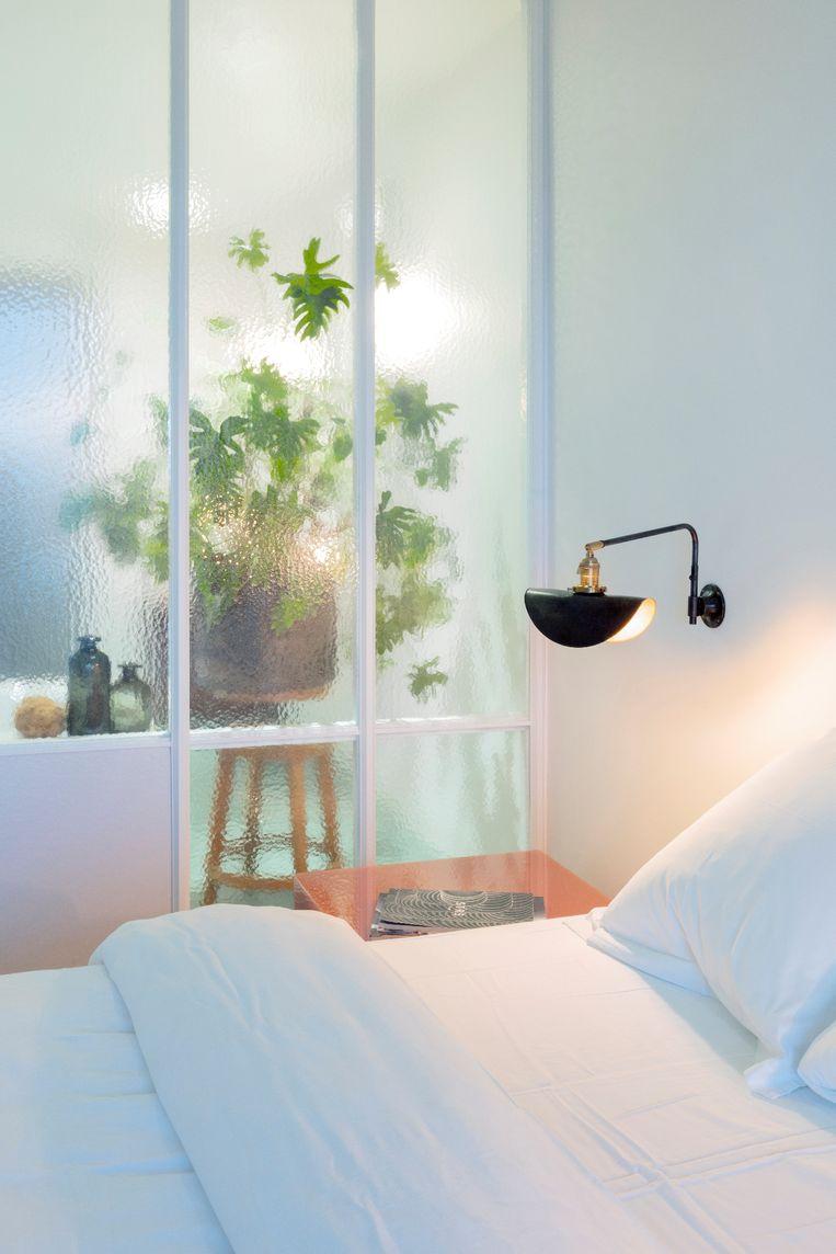 Het glas bij de slaapkamer, wat geplaatst is om meer licht te creëren. Beeld Marleen Sleeuwits