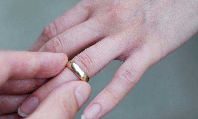 Video: zo krijg je een vastzittende ring van je vinger af