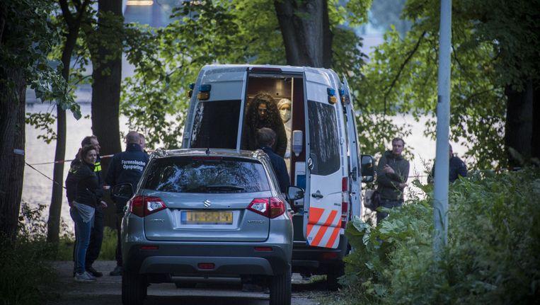 Onderzoeksteams arriveren bij de Sloterplas Beeld Maarten Brante