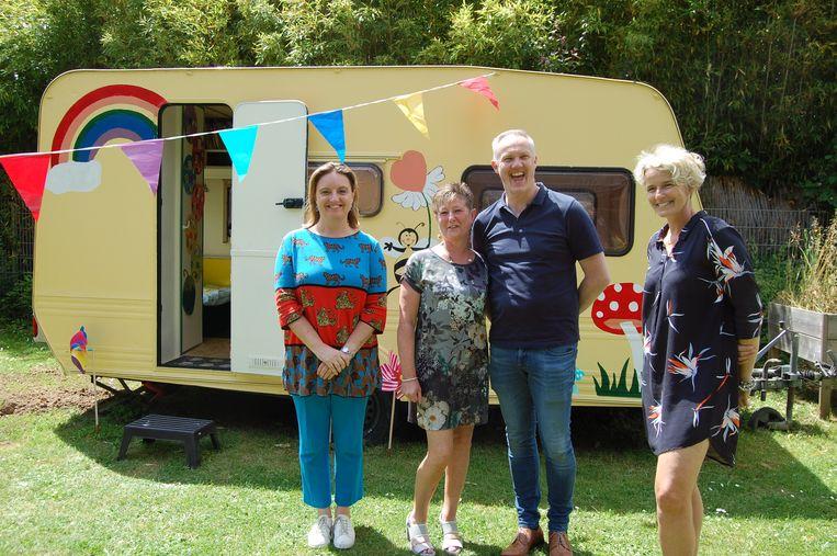 Schepen van Onderwijs Karlijne Van Bree, juf Helga Van Dale en directeur Christophe De Buyser en een afgevaardigde van de Jeugddienst bij de inhuldiging van de caravan.