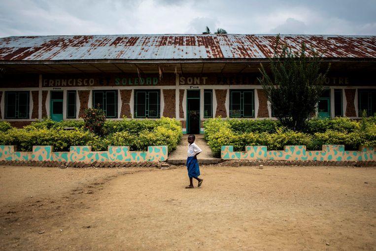 Een Congolees meisje loopt voor een schooltje langs. Archieffoto.