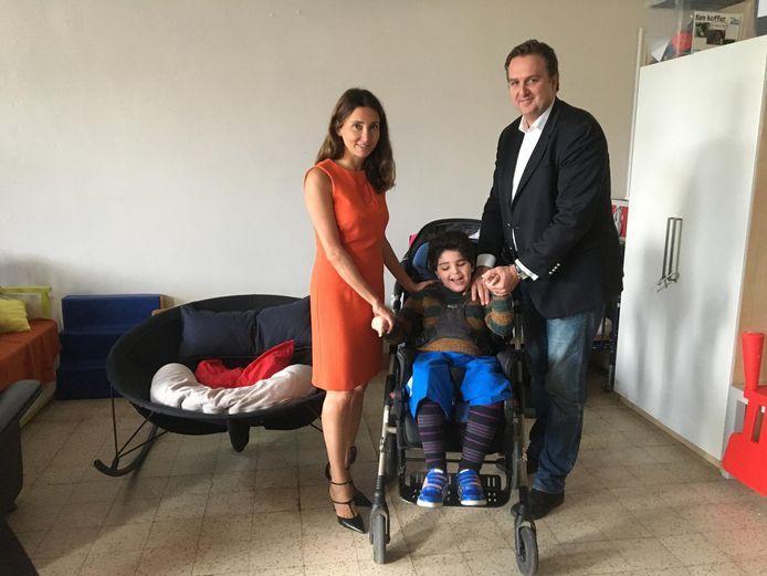 Nilofar Niazi en Edward Schiettecatte met hun zoontje Nataniel, die in dienstverleningscentrum Sint-Jozef verblijft.