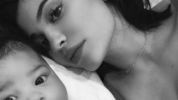 Kylie Jenner overspoelt het internet met schattige foto's van dochter Stormi
