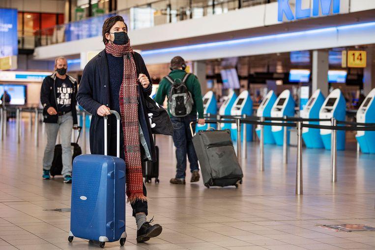 Reizigers uit landen met een hoog risico op besmetting moeten vlak voor vertrek verplicht een sneltest ondergaan.  Beeld Guus Dubbelman / de Volkskrant