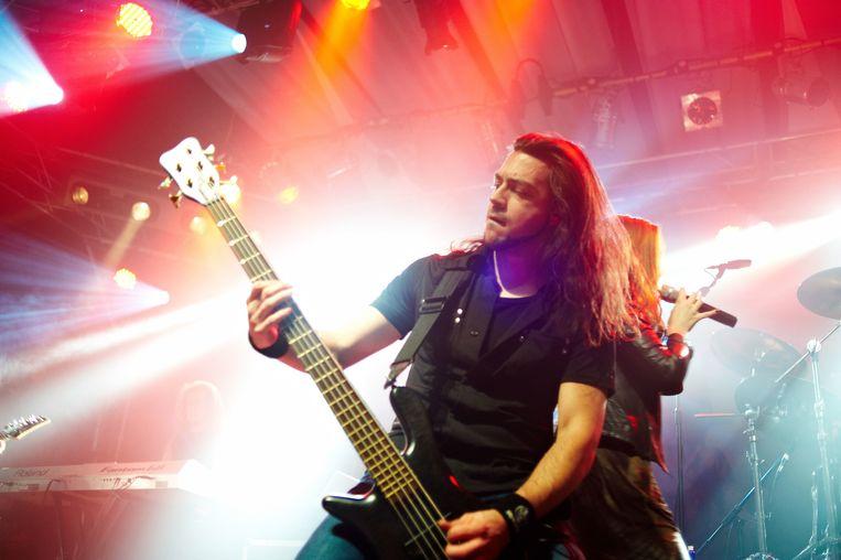 Yves als bassist van metalband Epica op Hammerfest in Wales (2010). Beeld Redferns