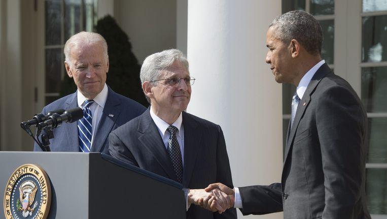 President Barack Obama schudt de hand van Merrick Garland (C). Beeld epa