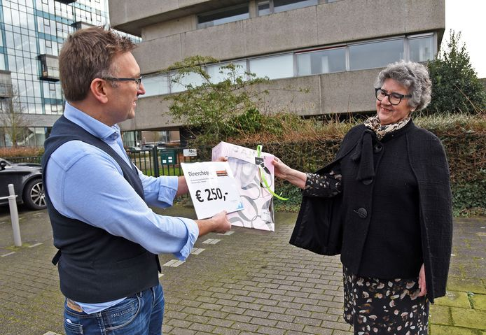 Winnende naamgeefster Betsy Elve-Brouwer (rechts) met ontwikkelaar Ivo Mattheeuws bij het oude ziekenfondskantoor dat plaats zal maken voor een nieuw appartementencomplex genaamd Albatros.